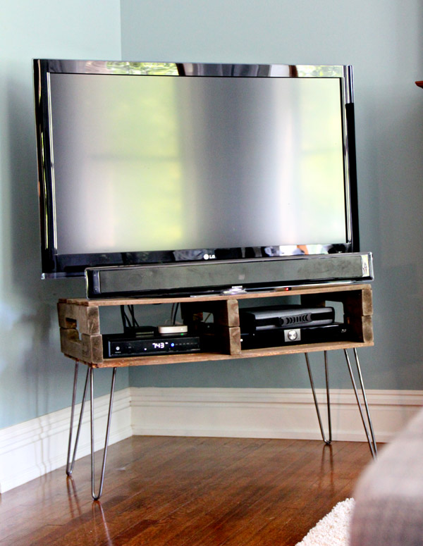 DIY Pallet TV Stand by PreparingForPeanut